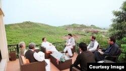 عمران خان بنی گالا میں واقع اپنی رہائش گاہ پر ساتھیوں سے مشاورت کر رہے ہیں (فائل فوٹو)