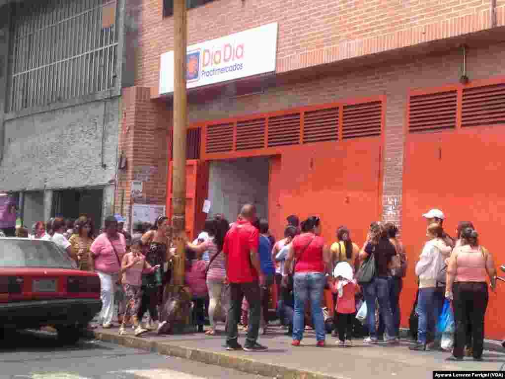 El gobierno ha ejercido acciones contra empresas distribuidoras alimentos y tiendas de conveniencia con el argumento de que fomentan las colas para generar una sensación de desabastecimiento. Tal es el caso de Día a Día, una red de 36 tiendas en seis estados de Venezuela, que fue tomada por el gobierno en febrero, pero aún las colas persisten.