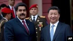 2014你7月20日中国国家主席习近平(右)在访问委内瑞拉时和委内瑞拉总统马杜罗握手