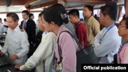"""တရုတ္ႏုိင္ငံ """"အမွတ္ (၃) Xiang Yang Hong"""" သုေတသနသေဘၤာ ျမန္မာႏိုင္ငံသို႔ေရာက္ရွိၿပီး တရုတ္-ျမန္မာ သိပၸံပညာရွင္မ်ား အတူတကြ သိပၸံသုေတသနျပဳလုပ္ေနစဥ္ (ဓါတ္ပံု- တရုတ္သံရံုး ေဖ့စ္ဘုတ္ခ္)"""
