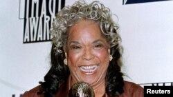 """戴拉·里斯因在《天使在人间》中扮演的角色作为系列电视剧杰出女演员而获得全国有色人种协进会第29届年度""""形象奖""""。(1998年2月14日)"""