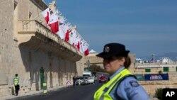 Oficiales de policía patrullan el Centro Mediterráneo de Conferencias en Vellatta, Malta, donde tiene lugar una cumbre informal de líderes de la UE y africanos sobre la crisis migratoria.