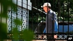 El exdirector del FBI James Comey camina a su casa en McLean, Virginia, el miércoles 10 de mayo de 2017. El senador republicano Marco Rubio, dijo que desea apremiar a Comey para que diga si alguna vez pensó que la Casa Blanca interfería en sus labores