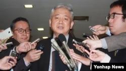 한국 외교부 이상덕 동북아 국장이 15일 도쿄 외무성 청사에서 이시카네 기미히로 일본 외무성 아시아대양주국과 제11차 군위안부 문제 관련 국장급 협의를 가진 뒤 기자들의 질문에 답하고 있다.