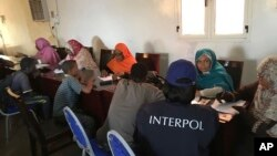 Anak-anak dari Chad, Eritrea, Niger, Republik Demokratik Kongo dan Sudan Selatan diwawancarai petugas dekat Khartoum dan bandara internasional kota tersebut, 31 Agustus 2018. (Foto: Interpol via AP).