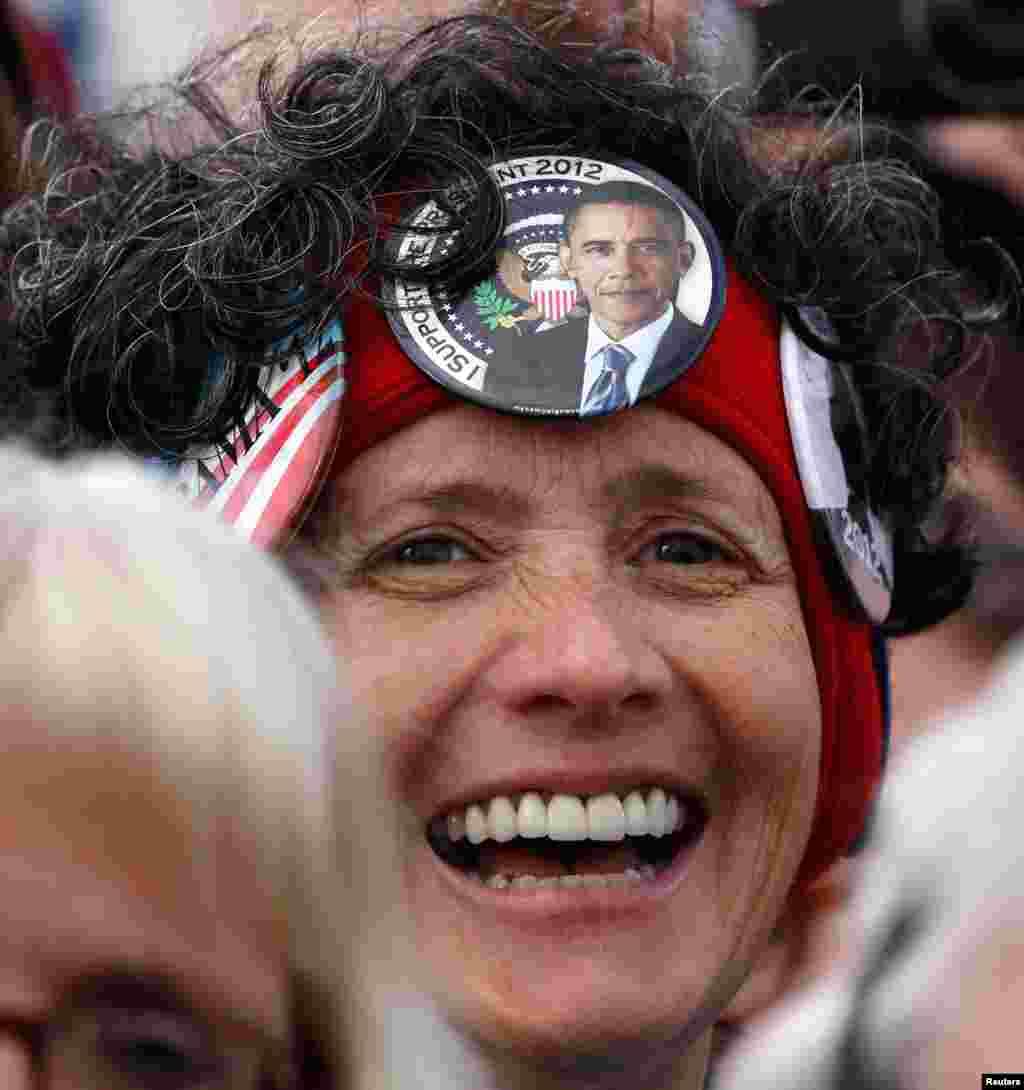 11月1日﹐支持者在威斯康星州格林海灣的奧斯丁-斯特勞貝爾國際機場進行的競選活動中﹐聽奧巴馬總統發言。