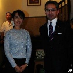 រដ្ឋមន្រ្តីការបរទេសឥណ្ឌូនេស៊ី R.M. Marty M. Natalegawa នៅខាងស្តាំ ថ្លែងទៅកាន់អ្នកកាសែតបន្ទាប់ពីកិច្ចប្រជុំជាមួយមេដឹកនាំប្រជាធិបតេយ្យភូមា Aung San Suu Kyi នៅឯគេហដ្ឋានរបស់លោកស្រី ថ្ងៃទី២៩ តុលា ២០១១ នៅយ៉ាងហ្គន ភូមា។