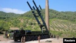 Raketa Hvasong-14 za koju Sevena Koreja tvrdi da je interkontinentalni balistički projektil na fotografiji koju je Pjongjang objavio 5. jula 2017. godine