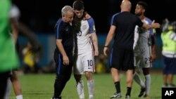 Pemain tim sepak bola Amerika, Christian Pulisic dihibur setelah kalah 2-1 melawan Trinidad dan Tobago, Selasa (10/10).