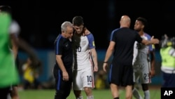Pemain AS Christian Pulisic dihibur oleh rekan satu tim setelah Tim AS kalah 2-1 melawan Trinidad dan Tobago dalam penyisihan Piala Dunia 2018, 10 Oktober 2017.