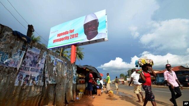Poster besar presiden Ernest Bai Koroma nampak terpasang Freetown, Sierra Leone (Foto: dok). Sierra Leone akan melangsungkan pemilihan anggota parlemen, Sabtu (17/11).