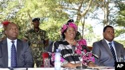 马拉维副总统班达(中)4月7日在首都利隆圭向记者发表讲话