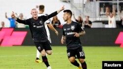 Wayne Rooney merayakan gol yang dicetak pemain gelandang tengah DC United, Luciano Acosta, dalam pertandingan melawan Vancouver Whitecaps di Audi Field, Washington, 14 Juli 2018.
