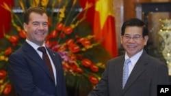 俄罗斯总统梅德韦杰夫与越南国家主席阮明哲握手