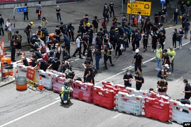 抗议者2019年6月21日占据了香港政府总部外的一条主要道路。数百名黑衣人士封锁了香港议会外的一条高速公路,要求亲北京的香港特首辞职。