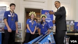 Presiden Barack Obama memperhatikan robot pemain sepak bola yang dirakit oleh tim pelajar dari negara bagian Pennsylvania.