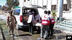 Tim medis Yaman mengangkut jenazah para korban ke dalam ambulans setelah serangan di dekat Kementerian Pertahanan di Sana'a (5/12).
