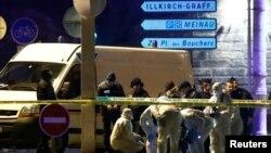 Para penyidik memeriksa jalanan di sekitar tewasnya Cherif Chekatt, tersangka pria bersenjata yang menewaskan tiga orang di pasar Natal di distrik Meinau, Strasbourg, Perancis, 13 Desember 2018.