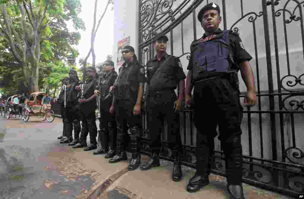 Security personnel stand guard in front of a court where a verdict against Jemaat-e-Islami party leader Abdul Quader Mollah was delivered in Dhaka, Bangladesh, Sept. 17, 2013.