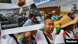 11일 태국 방콕에서 카친 난민 캠프 사진을 들고 항의하는 카친족 사회 운동가들.