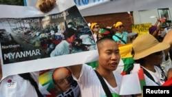 少數民族克欽人舉著顯示緬北克欽難民的圖片在緬甸駐泰國使館前抗議(2013年1月11日)