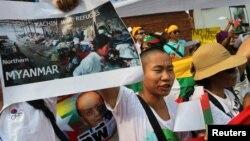 少数民族克钦人举着显示缅北克钦难民的图片在缅甸驻泰国使馆前抗议(2013年1月11日)