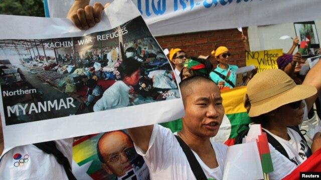 Người Kachin biểu tình trước đại sứ quán Miến Ðiện ở Bangkok, Thái Lan.