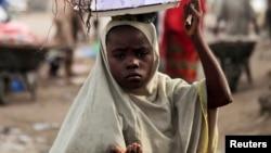 Une jeune fille dans le nord du Nigéria, région où les fillettes sont souvent enlevées et marriées de force (Photo Reuters)