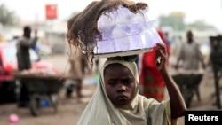 Jeune fille vendant de l'eau potable, denrée rare dans de nombreux pays en développement