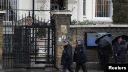 Polícia na embaixada da Rússia em Londres, 12 de Março, 2018.