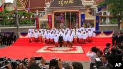 柬埔寨國王西哈莫尼( 前排左二)在議會發表講話後與首相洪森(前排右二)等人合照。