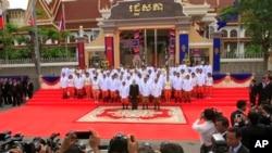 Quốc vương Campuchia Norodom Sihamoni, Thủ tướng Hun Sen, Chủ tịch Quốc hội Heng Samrin và các nhà lập pháp chụp hình lưu niệm trước Trụ sở Quốc hội ở Phnom Penh, ngày 23/9/2013.