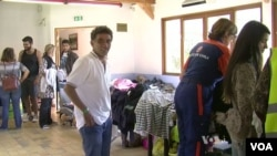 法国志愿者帮助新来的移民(2015年9月11日)