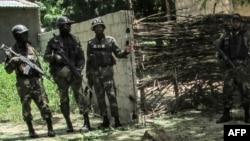 Les forces de sécurité camerounaises déployées après un double attentat suicide dans le village de Kolofata, Extrême nord, Cameroun, 13 septembre 2015.