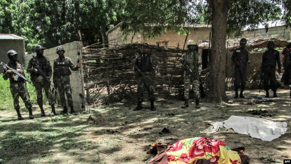 Les forces de sécurité camerounaises déployées après un double attentat suicide dans le village de Kolofata, au Cameroun, 13 septembre 2015.