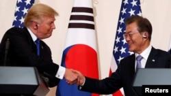 도널드 트럼프 미국 대통령과 문재인 한국 대통령이 7일 청와대에서 공동 기자회견을 마친 후 악수하고 있다.