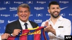 Le président du FC Barcelone Joan Laporta, à gauche, et Sergio Aguero présenté au Camp Nou, Espagne, le 31 mai 2021.