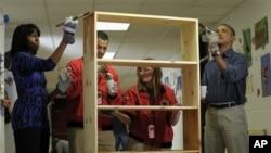 奥巴马总统和第一夫人米歇尔·奥巴马在全国服务日这天参加社区服务,在华盛顿的布尔维尔小学刷书架。这是总统就职典礼活动的一部份。(2013年1月19日)