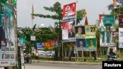 Spanduk-spanduk peserta pemilihan anggota DPRD di pinggiran Jakarta. (Foto: Dok)