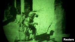 Một binh sĩ NATO với thiết bị nhìn trong bóng tổi ở Afghanistan (ảnh tư liệu).