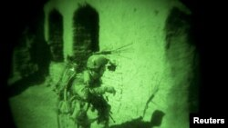 夜视镜中可见阿富汗北约士兵在行动