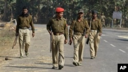 Polisi di negara bagian Assam India tenah melakukan patroli di wilayah Darakonasekitar 155 kilometer sebelah barat Gauhati, India (Foto: dok). Polisi Assam menembak mati delapan orang dalam bentrokan polisi-warga suku Rabha, Selasa (12/2).