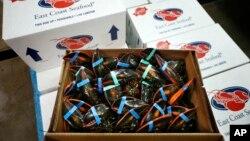 在缅因龙虾畅货中心打包准备销往海外的龙虾。(资料照)