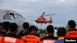 Helikopter Tim SAR Indonesia melanjutkan kembali upaya pencarian korban kecelakaan pesawat AirAsia QZ8501 dari Pangkalan Bun, Kalimantan Tengah (1/1).