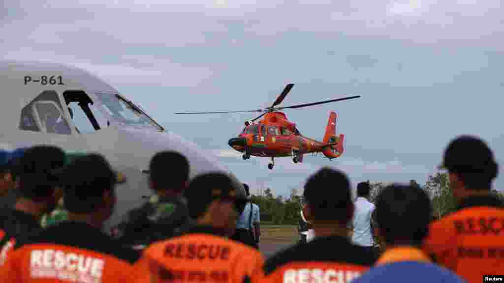 An Indonesian Search and Rescue helicopter takes off after delivering the remains of a passenger onboard the AirAsia QZ8501 flight, at the airport in Pangkalan Bun, Central Kalimantan, January 1, 2015.