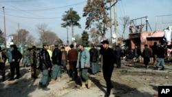 Kepolisian Afghanistan dan warga sipil memeriksa lokasi serangan bom bunuh diri di Maymana, ibukota provinsi Faryab, Afghanistan (18/3). Seorang pembom bunuh diri dengan mengendarai kendaraan semacam becak, meledakkan dirinya di sebuah pasar menjelang pelaksanaan pemilu presiden negara itu. Sedikitnya 15 orang dilaporkan tewas dalam insiden tersebut.