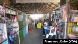 Clientes no Mercado Central de Inhambane
