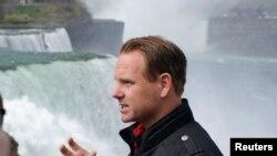 Wallenda tuvo que convencer a funcionarios públicos de Canadá para que le dieran el visto bueno.