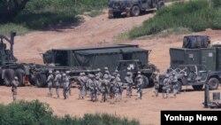 지난 2016년 을지프리덤가디언(UFG) 미한연합군사훈련이 시작된 한국 경기도 파주시 접경지역에서 주한미군 장병과 차량이 훈련을 준비하고 있다.