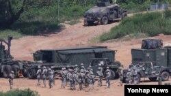 을지프리덤가디언(UFG) 미한연합군사훈련이 시작된 22일 한국 경기도 파주시 접경지역에서 주한미군 장병과 차량이 훈련을 준비하고 있다.